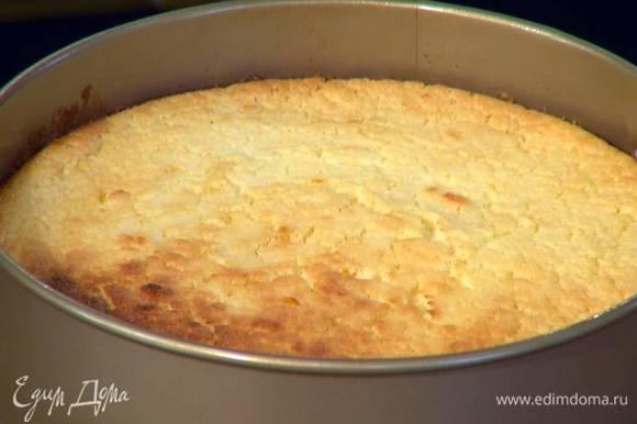 Выпекать пирог в разогретой духовке 20‒25 минут.