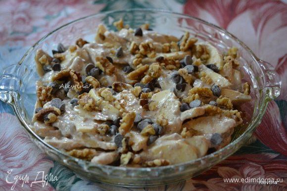 Выложить в форму яблочную смесь. Сверху посыпать очищенными и порубленными орехами и шоколадными каплями.
