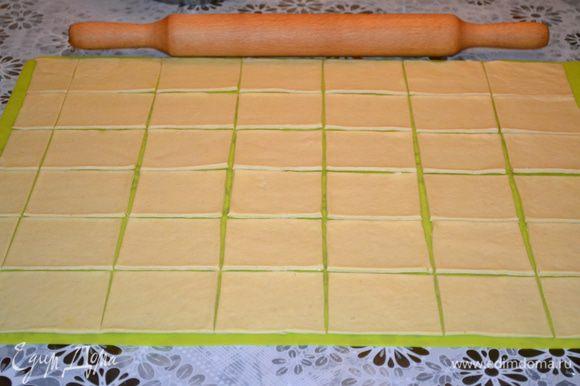 Тесто раскатать в прямоугольник толщиной 2-3 мм. Разрезать тесто на сегменты размером 7х8 см.