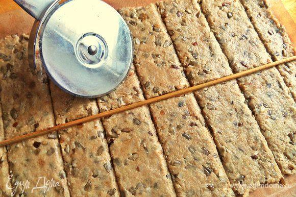 Выравниваем края в прямоугольник. Разрезаем на порции с помощью шпажки и ножа для пиццы.