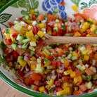 Полить овощи по вкусу оливковым маслом и осторожно перемешать. Можно немного охладить салат и подавать!