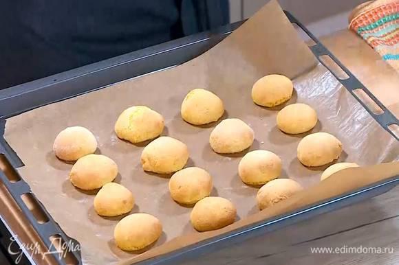 Выпекать печенье в разогретой духовке 10 минут.