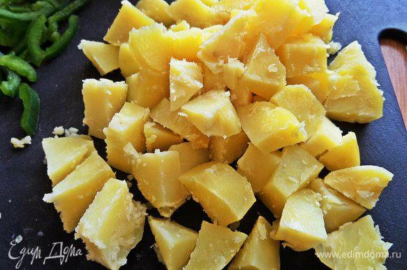 Картофель сваренный делим на меньшие кусочки для удобства.