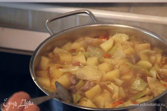 Минут через 7-10 попробуйте картофель и мясо на готовность. Убедившись, что рагу достаточно подсолено и приготовлено. Выключайте плиту и дайте овощному рагу немного настояться.