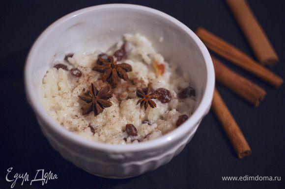 Рис развариваем как и на обычную молочную кашу, но минут за 5-10 до конца варки вливаем кокосовое молоко и засыпаем изюм. Варим до готовности, оставляем настояться чуть-чуть и подаем. P.S.: Можно обычное молоко заменить в большей пропорции на кокосовое или кокосового чуть меньше взять. Соль и сахар добавляйте по вкусу. Не стала указывать в списке ингредиентов.