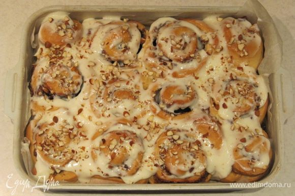 Покрываем горячие булочки глазурью. Сверху по желанию можно посыпать булочки кусочками обжаренного миндаля.
