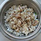 Рыбу нарежьте на мелкие кусочки, сбрызните соком лимона. Я использовала филе трески. Соедините рыбу с рисом, луком, подсолите, приправьте перцем и хорошо перемешайте.