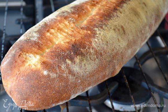 """Выпекать хлеб около 30 минут. Готовый хлеб при постукивании будет издавать """"пустой"""" звук... Выложить готовую буханку на решетку и остудить."""