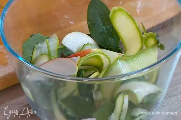 Кабачок соединить с нарезанным огурцом и яблоком, добавить шпинат и все перемешать.