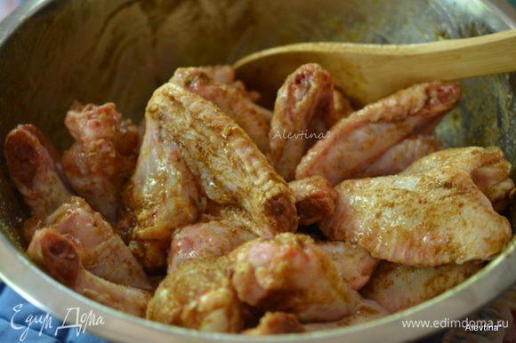 Переложить крылышки в большое блюдо, полить маслом и перемешать. Затем посыпать vadouvan карри. Перемешать. Закрыть крышкой и поставить в холодильник на 2 часа.