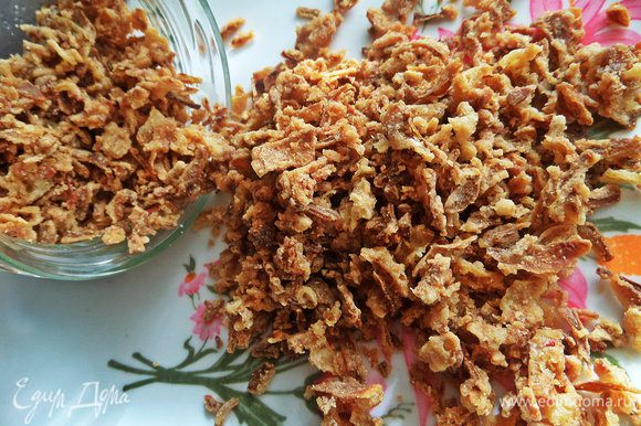 Далее мне захотелось добавить для аромата жареный лук сушеный (2 горсти, а не штуки). Продается в отделах восточной кухни, вкусный до безобразия!