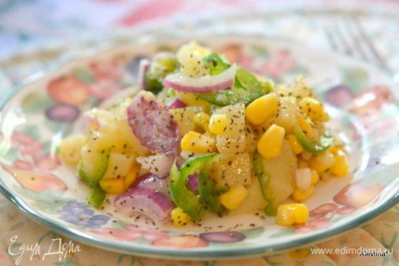 Добавить заправку в салат, перемешать и подавать к столу. Приятного аппетита.