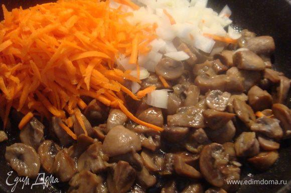 Пока варится картофель, готовим шампиньоны. Шампиньоны помыть, порезать и обжарить на сковороде. Лук почистить, порезать мелко. Морковь почистить, потереть на терке. Когда выпарится жидкость с грибов, налить растительное масло, лук и морковь, добавить к грибам и потомить в сковороде 3-4 минуты.