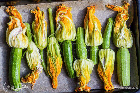 Аккуратно нафаршировать цветки начинкой. Выложить в форму или противень застеленный пекарской бумагой, немного посолить. Поставить в разогретую до 180°С духовку на 15 минут.