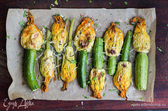 Увеличить температуру до 230-240°С, смазать цветки растопленным сливочным маслом и запекать еще 7-10 минут.