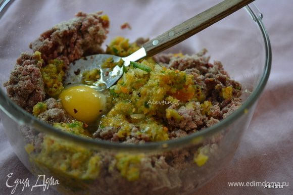 В большом блюде смешать мясной фарш не жирный. Добавить примерно половину томатного соуса с горчицей, яйцо, хлебную крошку, соль, черный перец и нарезанные перцы с луком, перемешать.