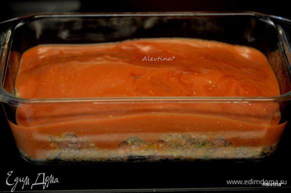 Переложить все в хлебную прямоугольную форму. Залить остатками томатного соуса. Поставить в разогретую духовку на 1 час 10 минут.
