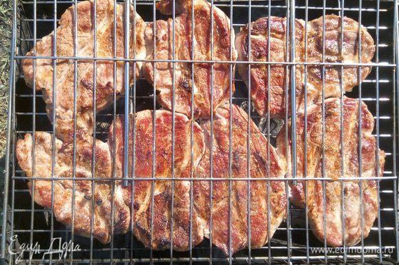 Через 20 минут мясо готово! (Время приготовления может отличаться в зависимости от интенсивности жара — на остывающих углях готовка идет медленнее).
