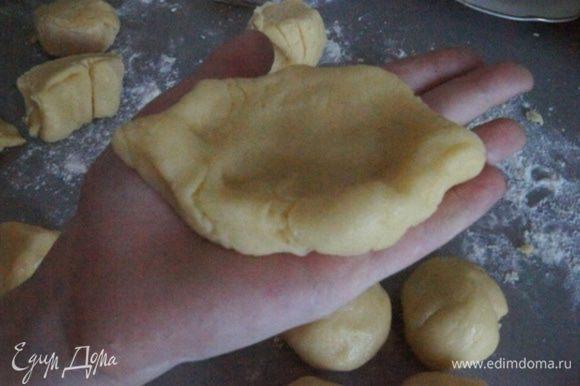 Разделить тесто на одинаковые кусочки. Скатать в шарики и немного приплюснуть, сделав лодочку. Правда юный повар сказал, что выбрал какой-то сложный рецепт))