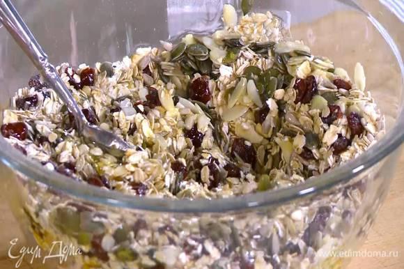 Полить геркулес с семечками кленовым сиропом, жидким медом и оливковым маслом, все перемешать.