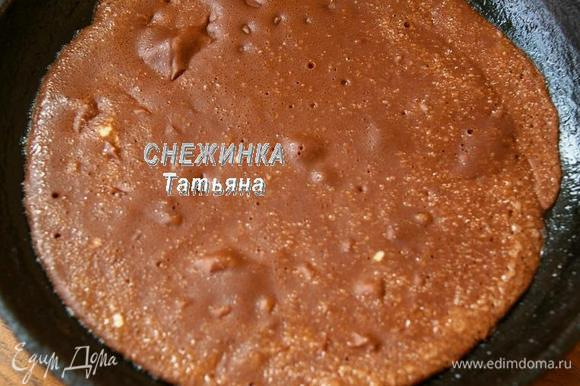 Сковороду слегка смазываем маслом, выливаем часть теста. Пекутся эти блинчики очень быстро, буквально 30 секунд.