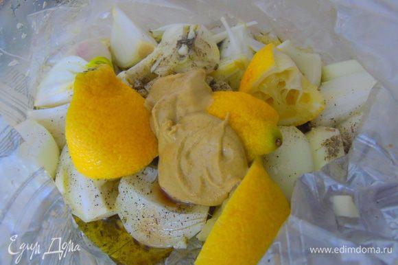 Добавляем горчицу, чеснок и оливковое масло.
