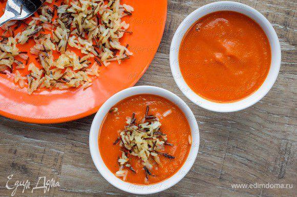 Разлить суп по мискам, добавить жаренный рис.