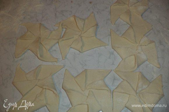 Уголки на квадратиках через один загнуть к центру, слегка прижать.
