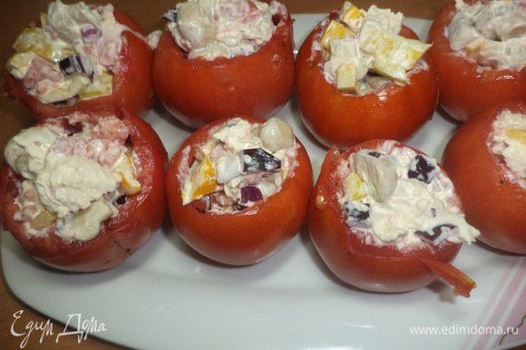 С помидорок слить образовавшуюся жидкость, наполнить помидорки получившейся массой и... приятного аппетита!