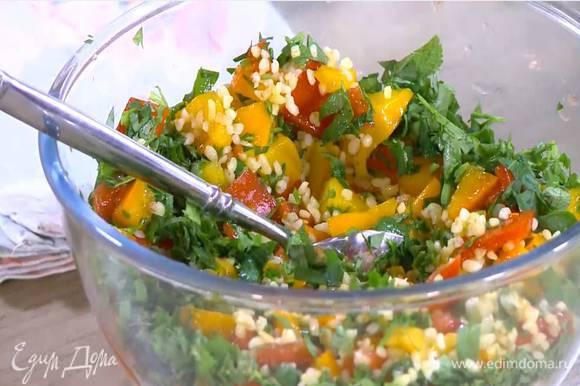 К отваренному булгуру добавить помидоры, петрушку, мяту и цедру лайма, влить сок лайма и оливковое масло, все посолить, поперчить и перемешать.