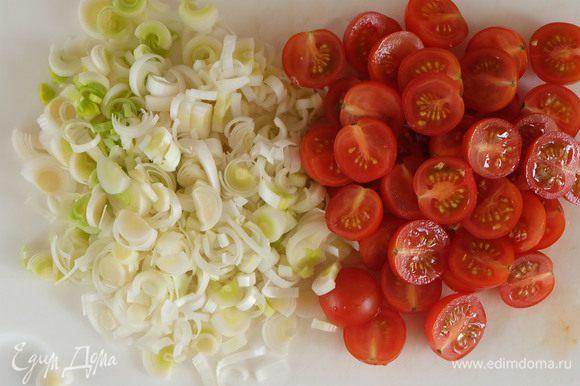 Пока тефтели варятся, готовим гарнир. Разогреваем сковороду с небольшим количеством оливкового масла. Лук порей нарезаем полукольцами, черри- пополам.