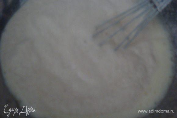 В молоко раскрошить дрожжи. Добавить 1 ст. л. сахара и 2 ст. л. муки, размешать венчиком и поставить в теплое место для увеличения опары. В большой миске взбить яйцо с оставшимся сахаром и солью, добавить опару, влить маргарин (маргарин предварительно растопить в микроволновке), всыпать постепенно просеянную муку, замесить тесто.