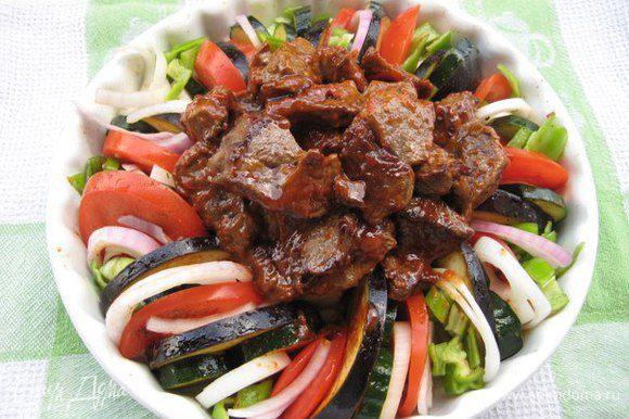 Достать форму, в центр выложить мясо, посыпать чесноком, на дно формы налить вино, продолжить запекание еще 20 минут (до готовности овощей)