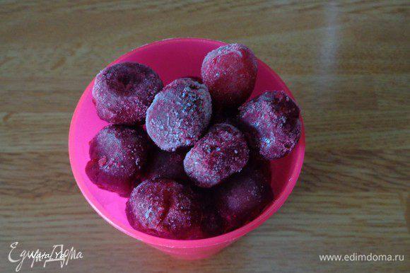 Отмерьте 1 стакан вишни. Если она мороженая, как у меня, то достаньте ее за полчаса до того, как будет готовить мороженое.