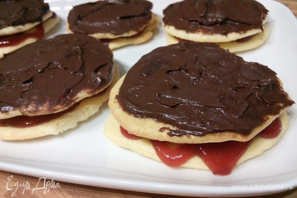 Соберите тортики: нижний слой с вареньем, средний слой с шоколадным ганашем.