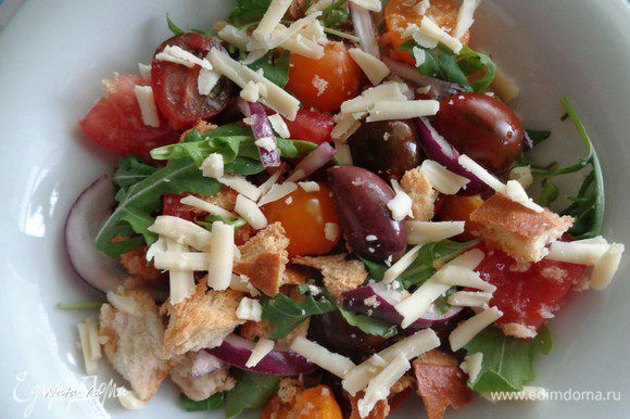 Сверху салат присыпим тертым пармезаном.