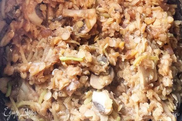 Добавить отваренную чечевицу, томатную пасту (или соус), соевый соус, посолить, поперчить. Готовить еще 2-3 минуты, помешивая. В самом конце добавить натертый зубчик чеснока. Приятного аппетита!