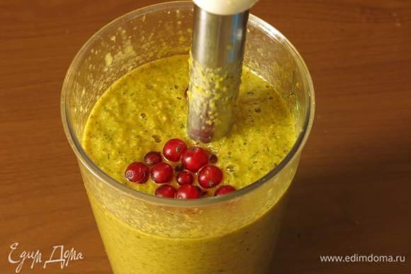 Чуть подкисляем блюдо, можно использовать лимонный сок. Но на даче поспела красная смородина — пару ягод — отличный натуральный подкислитель.