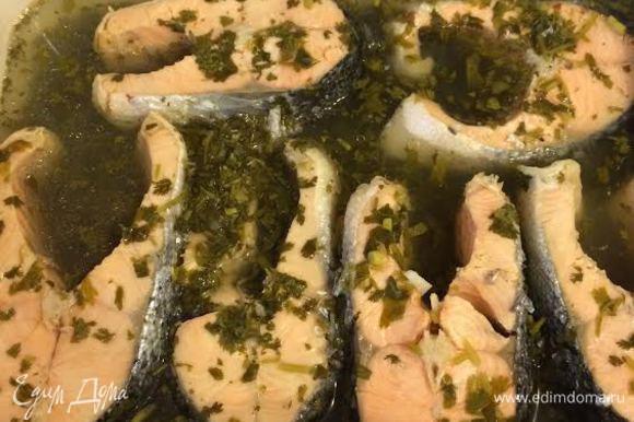 Когда рыба в маринаде остынет, отправьте контейнер в холодильник на 6-8 часов.