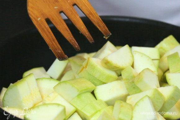 Затем добавить кабачок и обжаривать 5 минут.