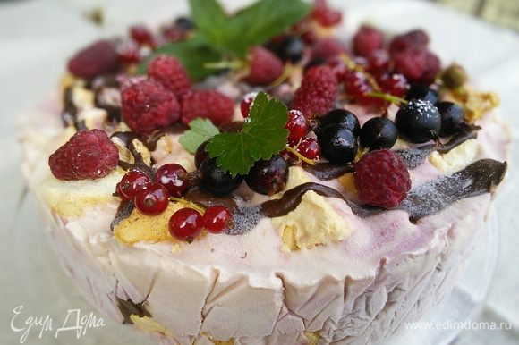 Перед употреблением нужно вынуть торт из морозилки за 30-60 минут, украсить свежей малиной, мелиссой и шоколадным сиропом.