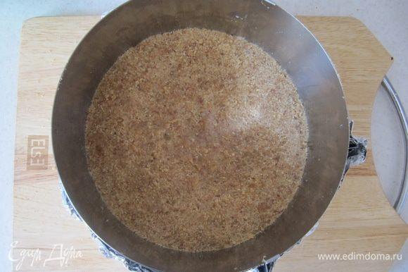 Любое песочное печенье измельчить в блендере в крошку. Смешать с растопленным сливочным маслом в однородную массу. Плотно утрамбовать песочную основу в разъемную форму (у меня разъемное кольцо диаметром 20 см). Поставить форму в холодильник, пока занимаемся следующим слоем, или минимум на 20-30 мин.