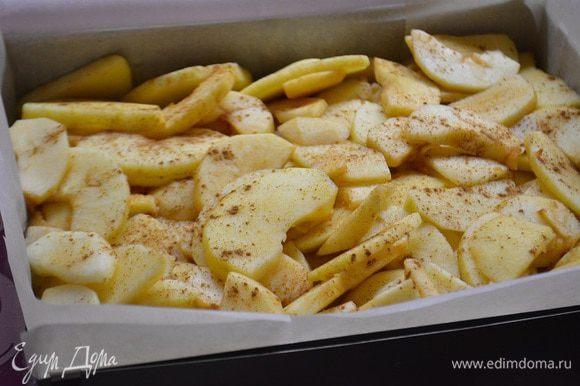 На тесто выкладываем яблоки и посыпаем корицей.