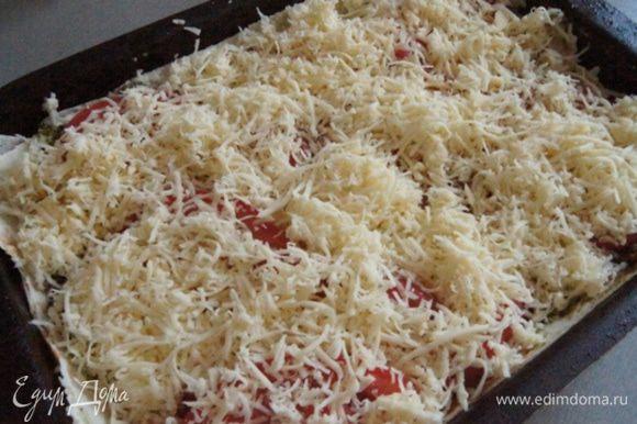 И последний штрих- посыпать тертым сыром. Запекать в разогретой до 200°С духовке в течении 20 минут.