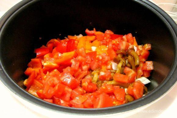 Затем — нарезанные помидоры.