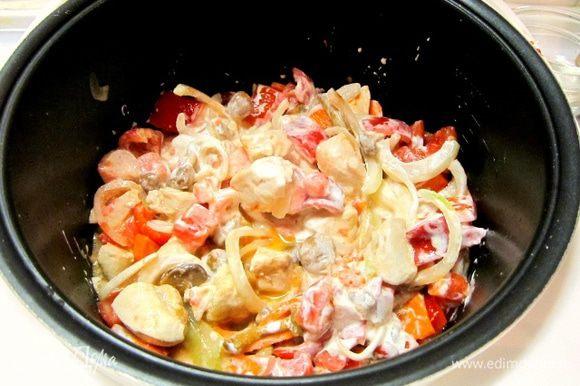 Добавить томатную пасту, сметану. Всыпать муку, посолить, поперчить.