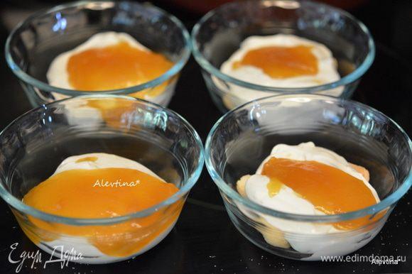 Выложить поверх дамских пальчиков готовый крем из сливочного сыра. Затем лимонный курд .