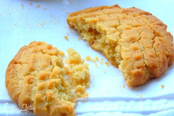 Остудите немного на противне, а затем переложите на тарелку. Горячее печенье очень хрупкое. Приятного чаепития!