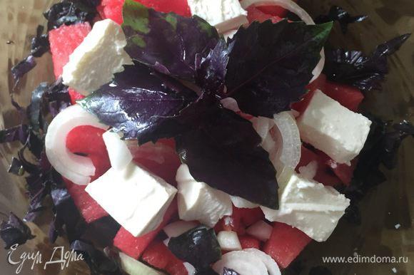 Затем выкладываем нарезанный лук полукольцами и базилик (как вам нравится).