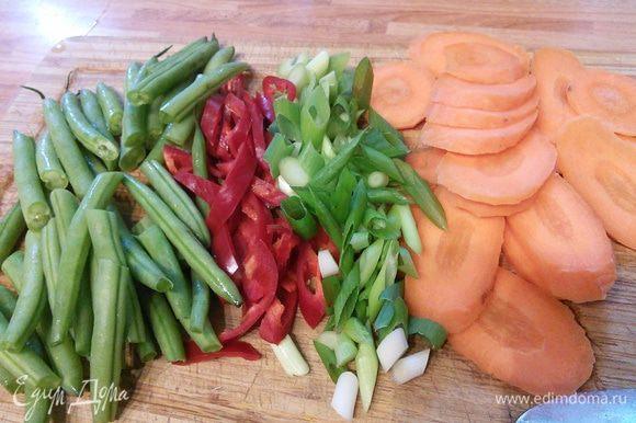 За это время нарезать морковь и лук на искосок, чили (у меня чили был совсем не острый, а вы регулируйте остроту по своему вкусу) и стручковую фасоль.